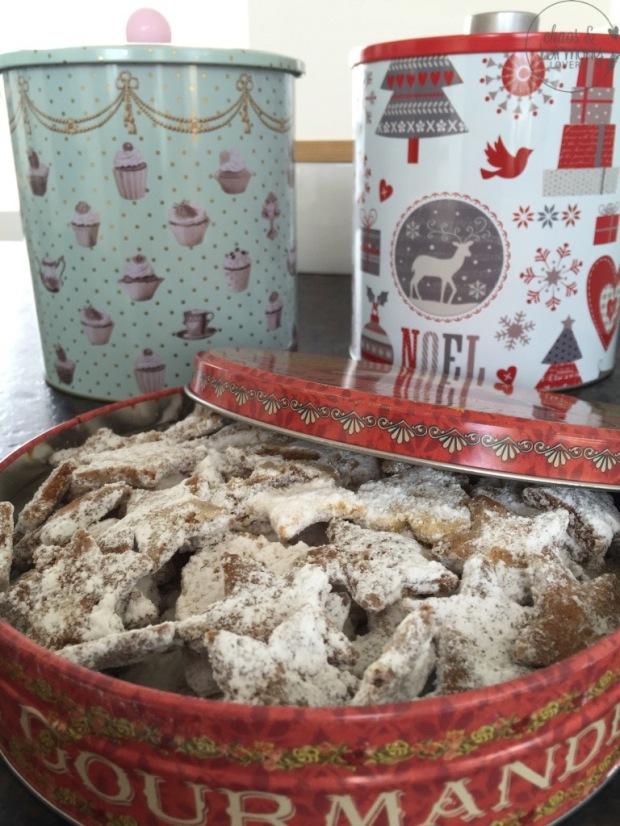 Keksdosen gefüllt mit Vanillesternen