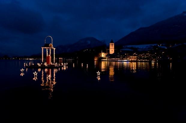 Am Wolfgangsee schwimmt die beleuchtete, rote Kerze