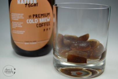Kaffeetschi Eiswürfel im Glas