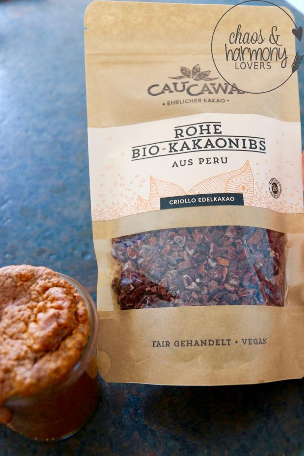 Schoko-Bohnen Kuchen mit rohen Kakaonibs
