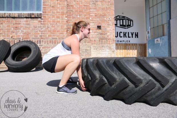 Tire Flips Grip in der Squat Position