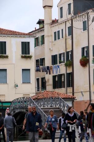 Wäscheleine und Touristen im ehemalig erstem Ghetto der Welt